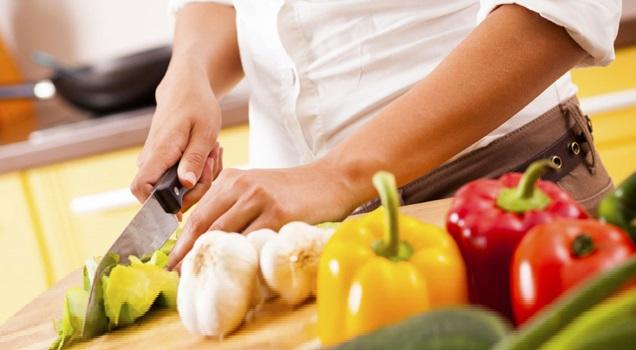 Budoni (SS): La Tavernetta 1 figura in cucina, addetto agli antipasti - si offre Vitto e alloggio